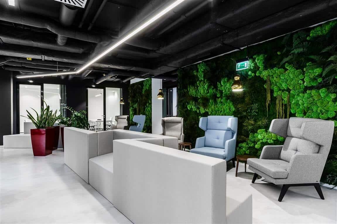 تصویری از یک دیوار سبز هوشمند که در یک محیط کاری نصب شده است.