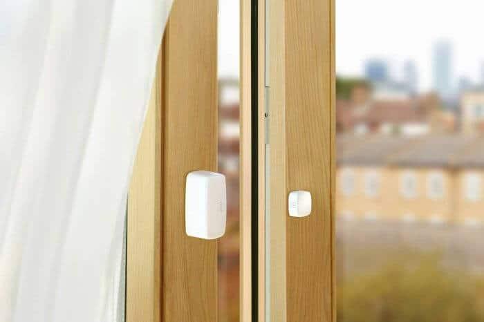 تصویری از سنسور درب و پنجره بر روی چارچوب قهوه ای رنگ را نشان می دهد.
