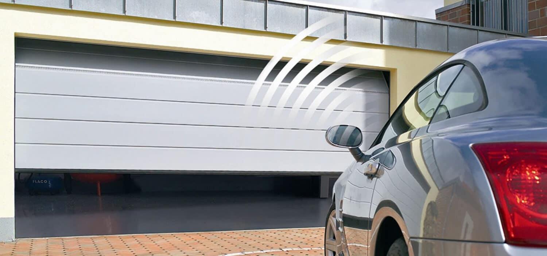 تصویری از پارکینگ هوشمند که درب پارکینگ در حال بازشدن است را نشان می دهد.