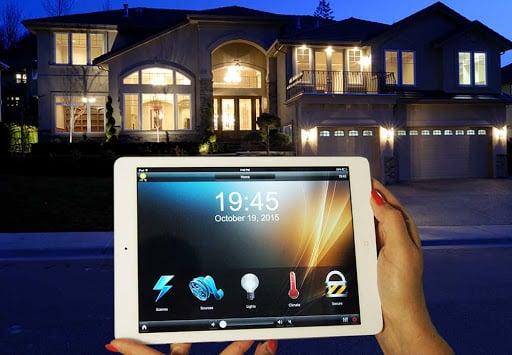 تصویری مربوط به سیستم روشنایی خانه هوشمند است که کاربر از راه دور روشنایی خانه را تنظیم می کند.
