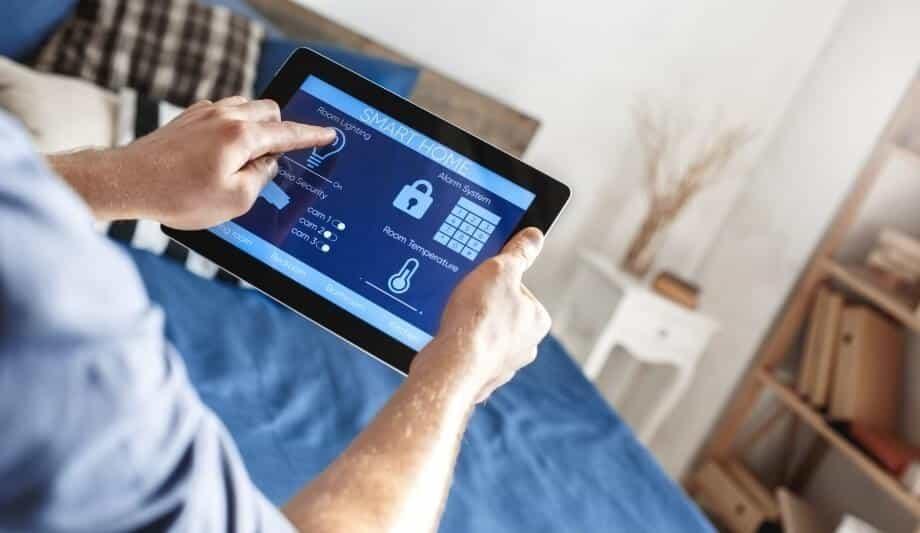 تصویر مربوط به سیستم روشنایی هوشمند است که فرد با استفاده از تبلت خود روشنایی اتاق خود را تنظیم و کنترل می کند.