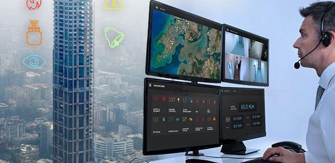 تصویر مردی که با تماشای مانیتورینگ نحوه کنترل ساختمان با BMS را مدیریت می کند.