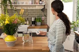 تصویر دختری که با استفاده از سناریوهای خانه هوشمند در حال گذراندن اوقات خود در خانه است.