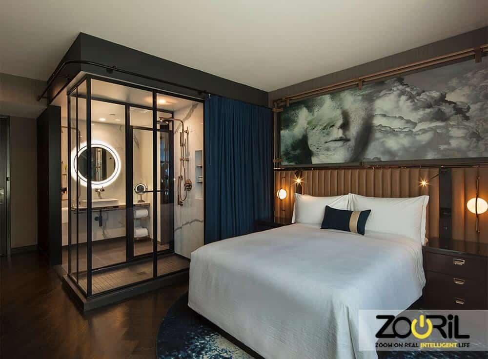 تصویری مربوط به اتاق در هتل هوشمند است که برند زوریل در قسمت پایین قرار دارد.