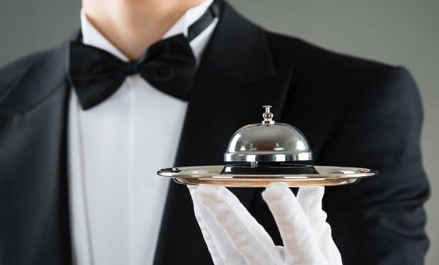 تصویری از یک دربان در هتل را نشان می دهد.