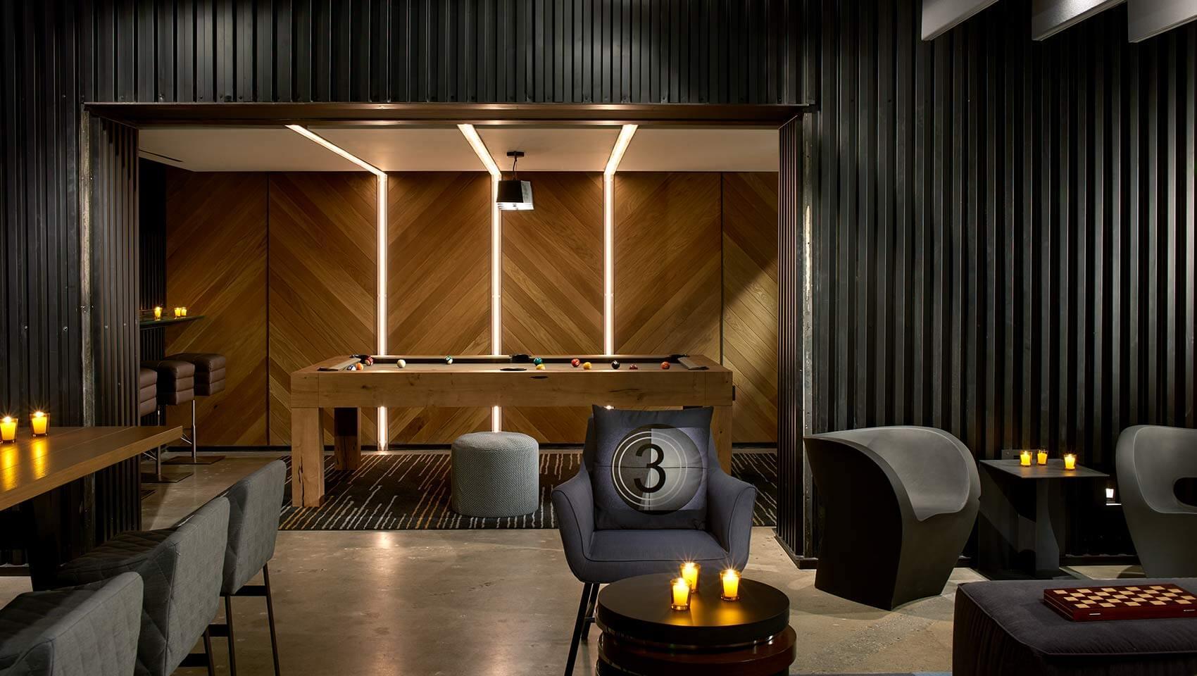 تصویری مربوط به اتاق بازی است که طراحی آن به رنگ قهوه ای و دودی می باشد.