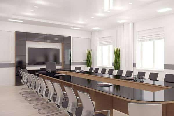 تصویری از سالن کنفرانس هوشمند با میزان روشنایی مناسب را نشان می دهد.