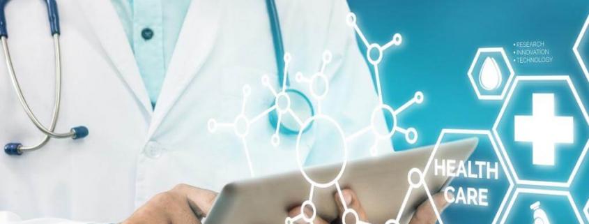 تصویر یک پزشک مرد در حال استفاده از نرم افزار  هوشمندسازی مراکز درمانی و کنترل بیماران از راه دور با استفاده از تبلت