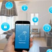 تصویر یک خانه است که نشان می دهد تمام تجهیزات هوشمند بایکدیگر در ارتباط هستند و به وسیله یک تلفن همراه کنترل و مدیریت می شوند.