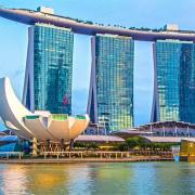 تصویری از معماری زیبا در دریا را نشان می دهد.
