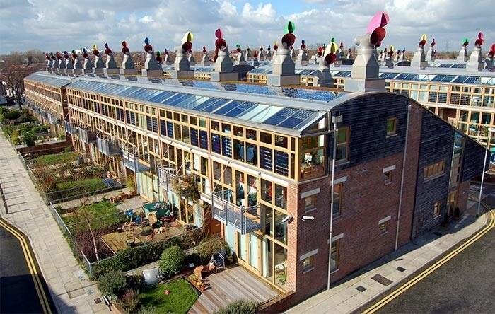 تصویری از دهکده اکولوژیکی در لندن را نشان می دهد که نمونه ای از معماری پایدار می باشد.