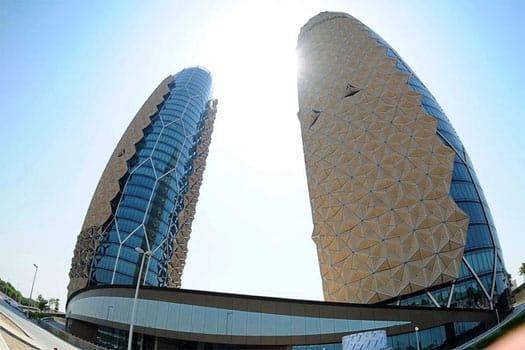 تصویری از برج دوقلوی ابوظبی را نشان می دهد که معماری بی نظیری دارد.