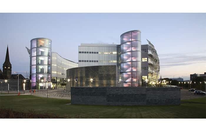 تصویری از دانشگاه نورثاومریا انگلستان است که از نمونه های معماری سبز می باشد.