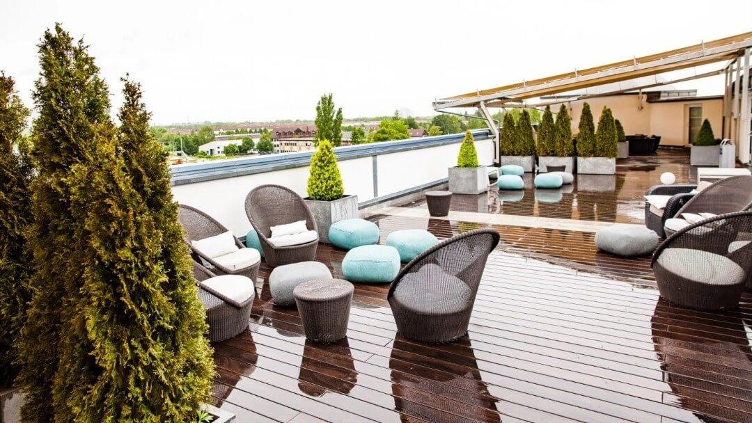تصویری از پشت بام ساختمان را نشان می دهد که از گیاهان برای فضایی بهتر و کاربردی تر استفاده می کنند.