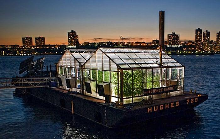 تصویری از خانه متحرک در نیویورک را نشان می دهد که بر روی آب شناور است.