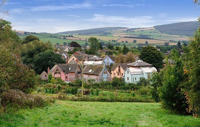 تصویری از دهکده اکولوژیکی انگلیس می باشد. که بر اساس معماری سبز پیاده سازی شده اند.