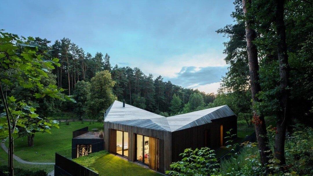 تصویری از ساختمانی زیبا در طبیعت که بر اساس معماری سبز ساخته شده است.