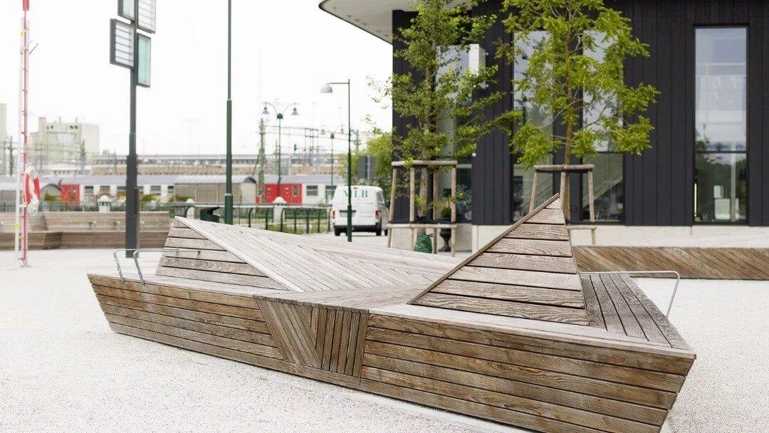 تصویری از ساختمان را نشان می دهد که در بعضی از فضاهای ساختمان از گیاهان و درختان استفاده کرده اند.