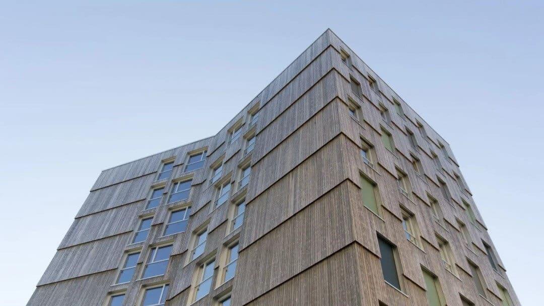 تصویری از ساختمانی را نشان میدهد که با نمای چوبی درست شده است.