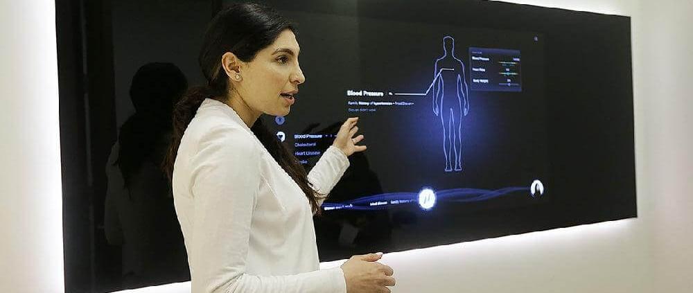 تصویر یک پزشک خانم در حال تنظیم و استفاده از مانیورینگ اتوماسیون هوشمند کلینیک