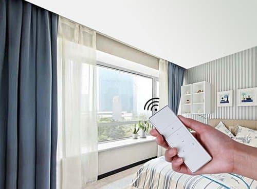 تصویری از ریموت و پرده هوشمند برقی در ساختمان را نشان می دهد.