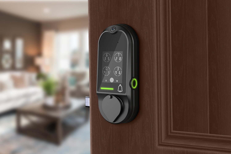 تصویری از قفل هوشمند مشکی رنگ که بر روی درب چوبی متصل شده است.