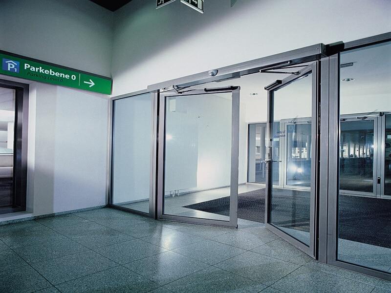 نمایی از درب لولایی هوشمند که شیشه ای است.