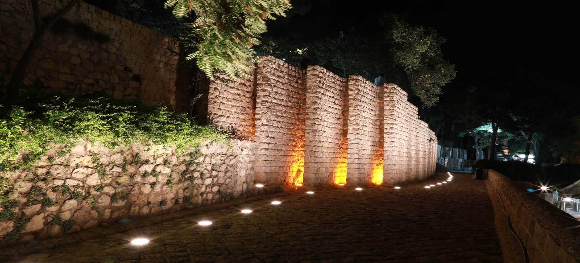 تصویر یک فضای سبز است که در آن از لامپ های زمینی یا دفنی استفاده شده است.