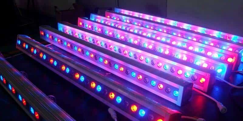تصویر تعدادی چراغ وال واشر با نورهای رنگی است که در نورپردازی از آن ها استفاده می شود.