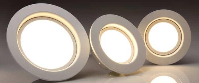 تصویر سه هدد لامپ هالوژن به رنگ سفید است.