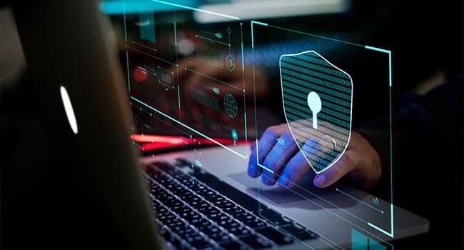 تصویری از دست یک مرد که با لب تاپ کار می کند.