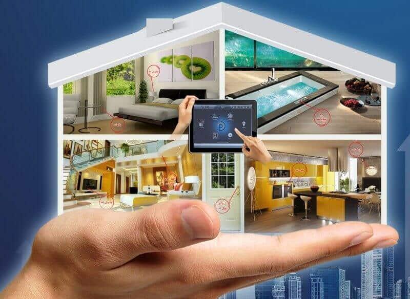 تصویری از چهار بخش یک خانه را نمایش می دهد که در دست یک مرد قرار دارد.