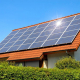 تصویری از سقف یک خانه است که با استفاده از پنل های خورشیدی که روی آن نصب شده، از انرژی خورشیدی استفاده بهره می برد.