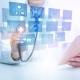 تصویری از پزشک و پنل لمسی در کلینیک هوشمند را نشان می دهد.