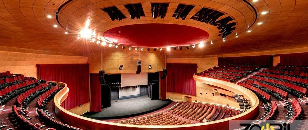 تصویری از سالن آمفی تئاتر هوشمند نشان می دهد که در آن تعداد زیادی صندلی وجود دارد.
