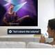 تصویری از دستیار صوتی هوشمند برای اجرای دستوری در تلویزیون را نشان می دهد.