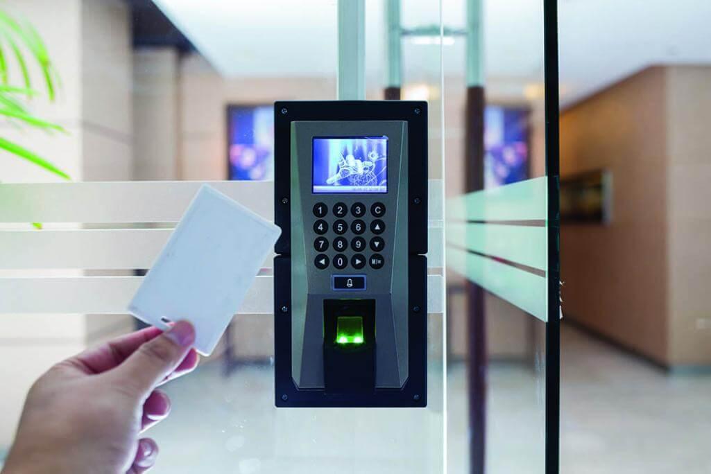 تصویری از کارت هوشمند به همراه دستگاه شناسایی آن در هوشمند سازی خوابگاه را نشان می دهد.