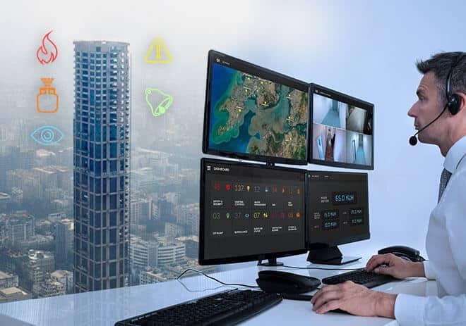 تصویری از سیستم bms را نشان می دهد که اپراتور از طریق نمایشگر در حال نظارت بخش های مختلف ساختمان است.
