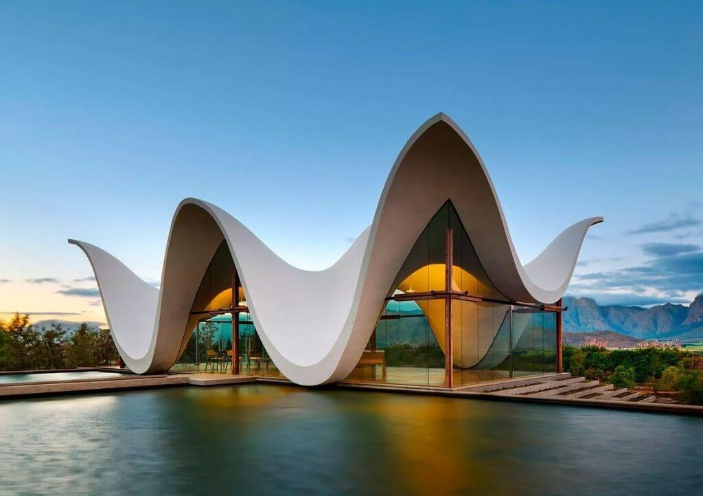تصویری از یک معماری زیبا و جذاب با نمای سفید را نشان می دهد که به ویژگی ایده و خلاقیت معمار خوب اشاره دارد.