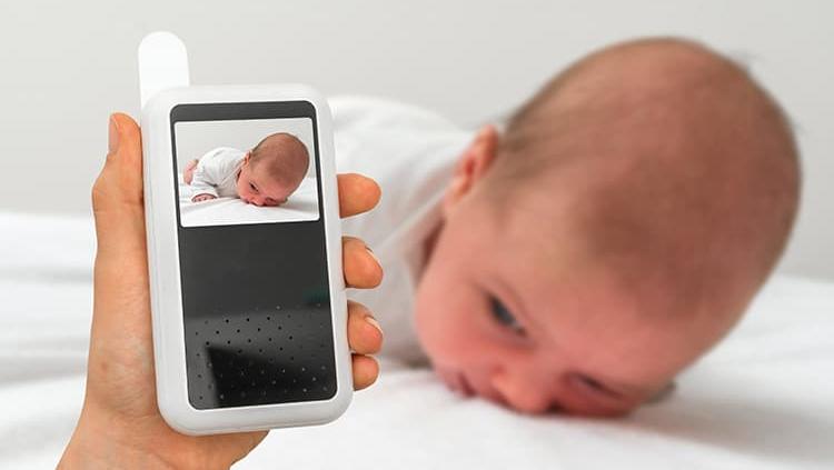 تصویری از نوزاد می باشد که مادر او به وسیله یک وسیله هوشمند به صورت آنلاین وضعیت و تصویر فرزندش را می بیند.