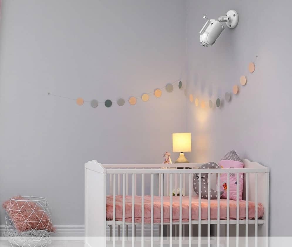تصویری از اتاق یک کودک می باشد که در بالای تخت او یک دوربین هوشمند قرار گرفته است.