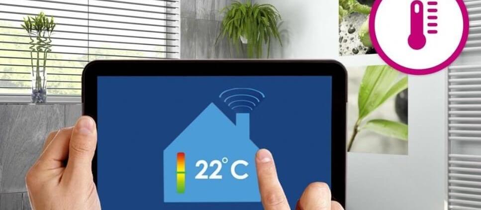 تصویری از تبلت و دما را نشان می دهد که کاربر در حال تنظیم سیستم گرمایشی هوشمند است.