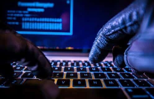 تصویری از هک شدن سیستم هوشمند توسط هکر را نشان می دهد.
